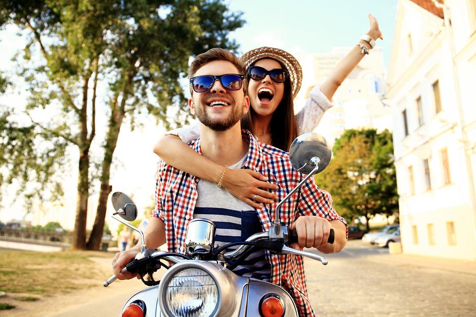 אילוסטרציה של זוג בחופשה (צילום: Shutterstock)