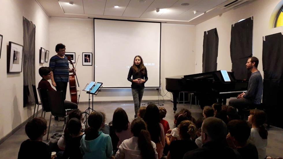Юный композитор Наама Рольник выступает перед участниками семинара