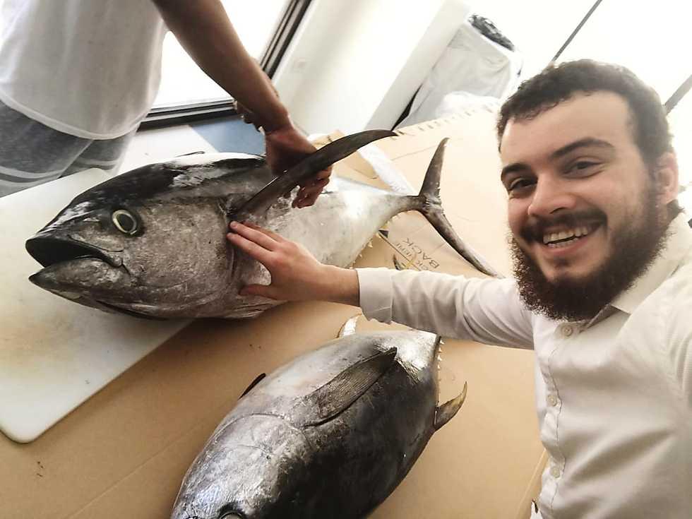 מתנדב עם דג טונה ()