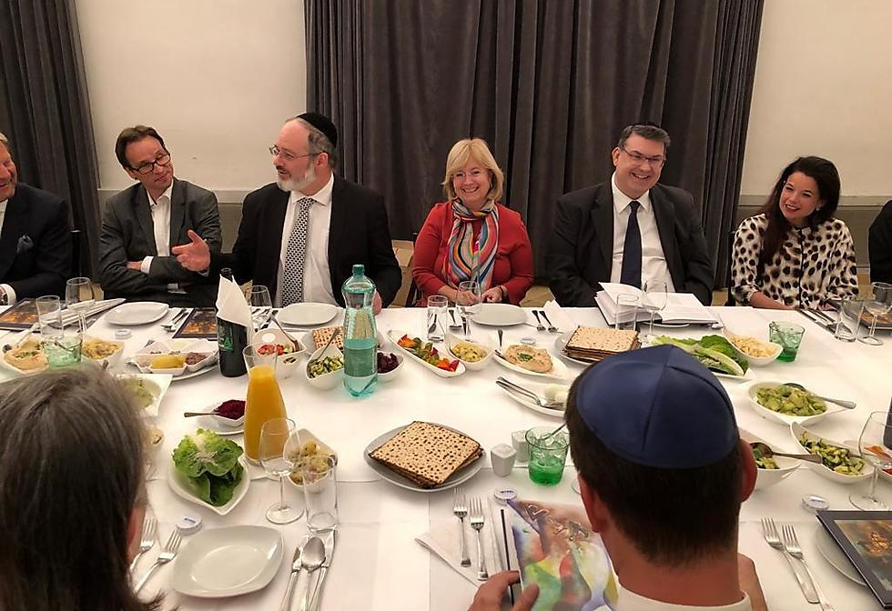 טליה לדור פרשר (במרכז), שגרירת ישראל באוסטריה, בליל הסדר הדיפלומטי ()