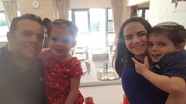 משפחת בלאק חוגגת את הסדר בדרום אפריקה ()