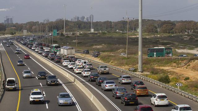 עומסי תנועה בכביש החוף סמוך למחלף ינא (צילום: עידו ארז)