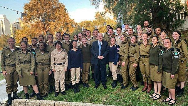 הנשיא ראובן רובי ריבלין מארח 400 חיילים בודדים מכל רחבי העולם בליל הסדר בפסח (מהטוויטר של הנשיא ריבלין)