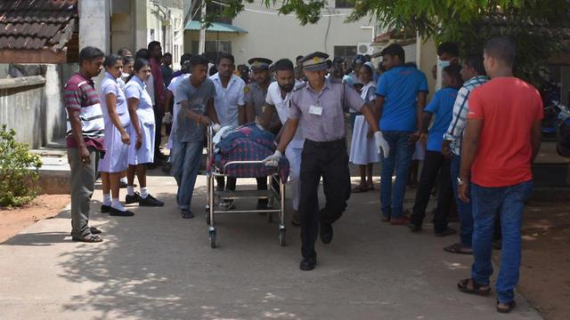אחד מנפגעי הפיצוץ מובל לבית החולים בקולומביה  (צילום: EPA)