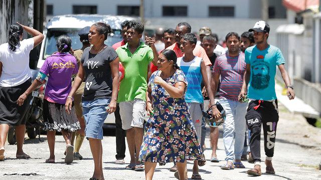משפחות הנפגעים מתאספים מחוץ לבית החולים בקולומבו,  סרי לנקה  (צילום: AP)