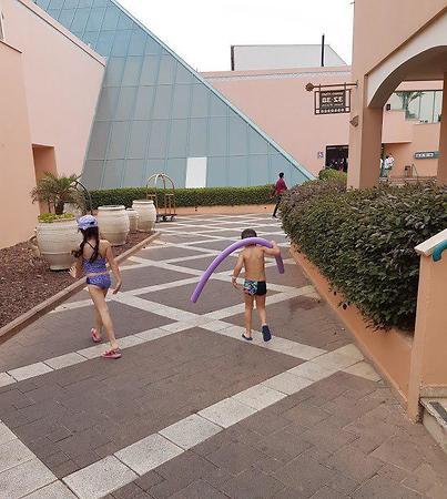 הילדים מתרוצצים במלון בקיבוץ אילות (צילום: צחי שדה)