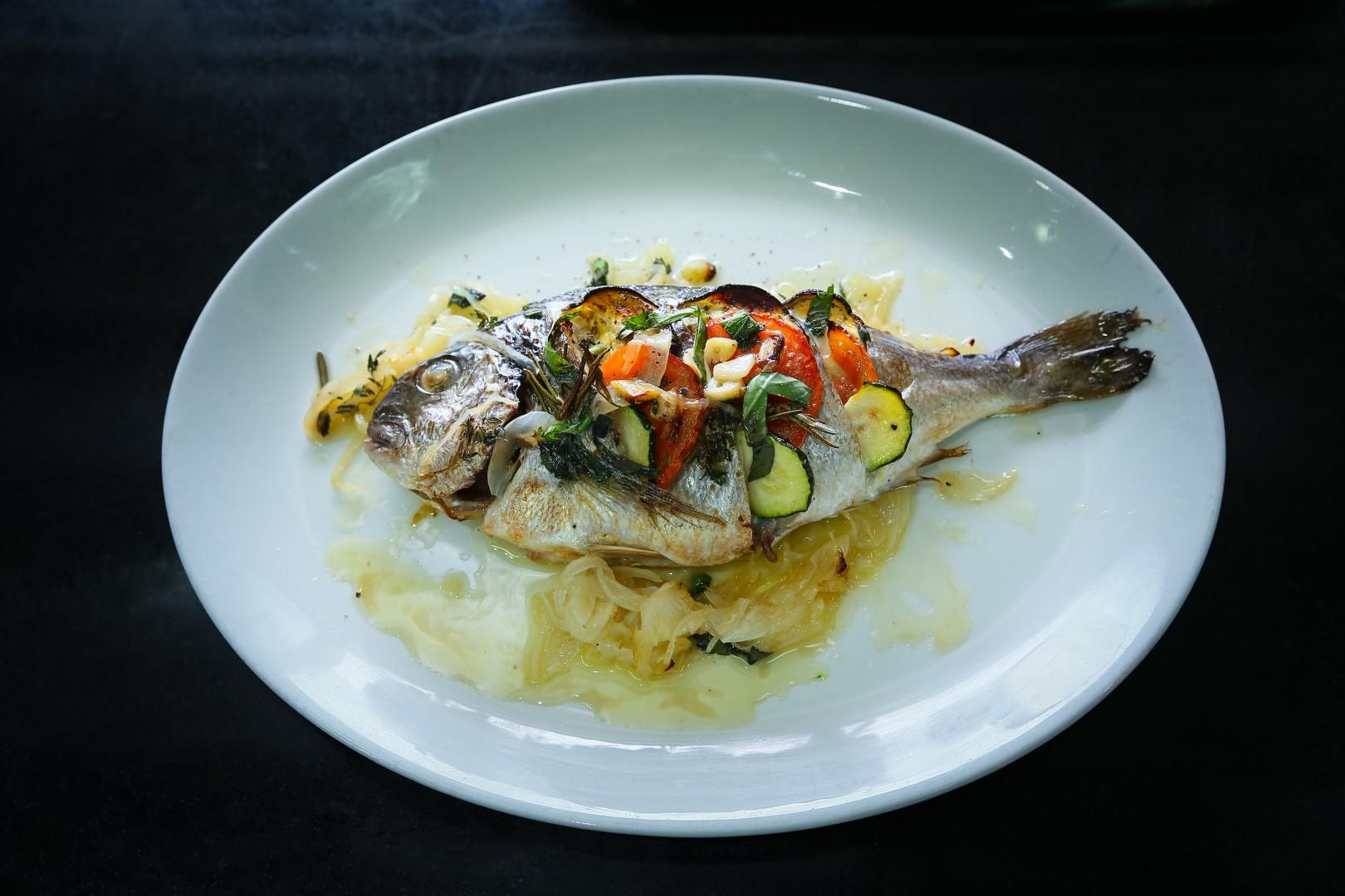"""Дорада (""""денис"""") с овощами. Фото: Ярон Бренер"""