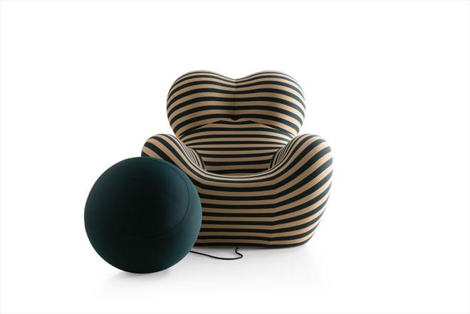 כורסת UP של גאיטנו פשה חגגה 50 להיוולדה, וזכתה במיצב בחלל התצוגה של B&B  איטליה, וגם לפסל עצום בדמותה בכיכר הדואומו