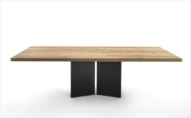 Ambo, שולחן עץ עם בסיס מתכת בעיצוב האדריכל סטפנו בוארי ל-Riva 1920