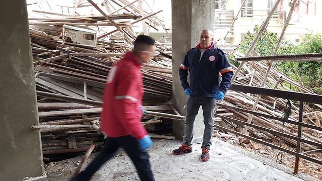 הפיגומים שקרסו באתר הבנייה ברח' פרץ מרקיש בחיפה (צילום: איחוד הצלה)