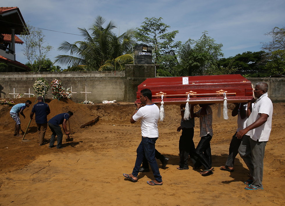 Sri Lanka buries its victims after the the Easter Sunday terror attack (Photo: Reuters)
