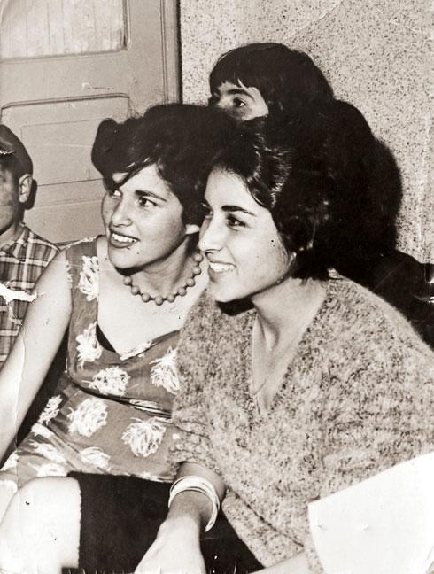 האחיות-אמהות, אסתר (מימין) ואיבון. הדודה הקריבה את עצמה למען האחייניות היתומות (צילום: אלבום פרטי)