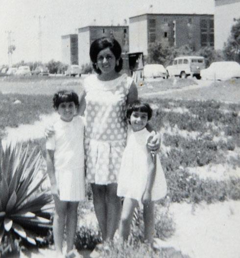 אסתר והבנות בימים היפים לפני שלקתה בדיכאון (צילום: אלבום פרטי)