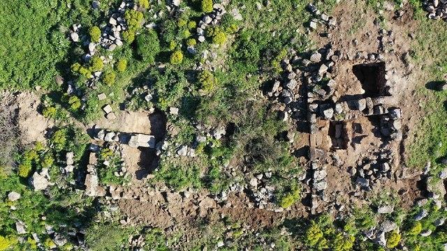 שרידי בנייה במצד מבוא חמה (צילום רחפן: מ' איזנברג. משלחת חפירות סוסיתא, אוניברסיטת חיפה)