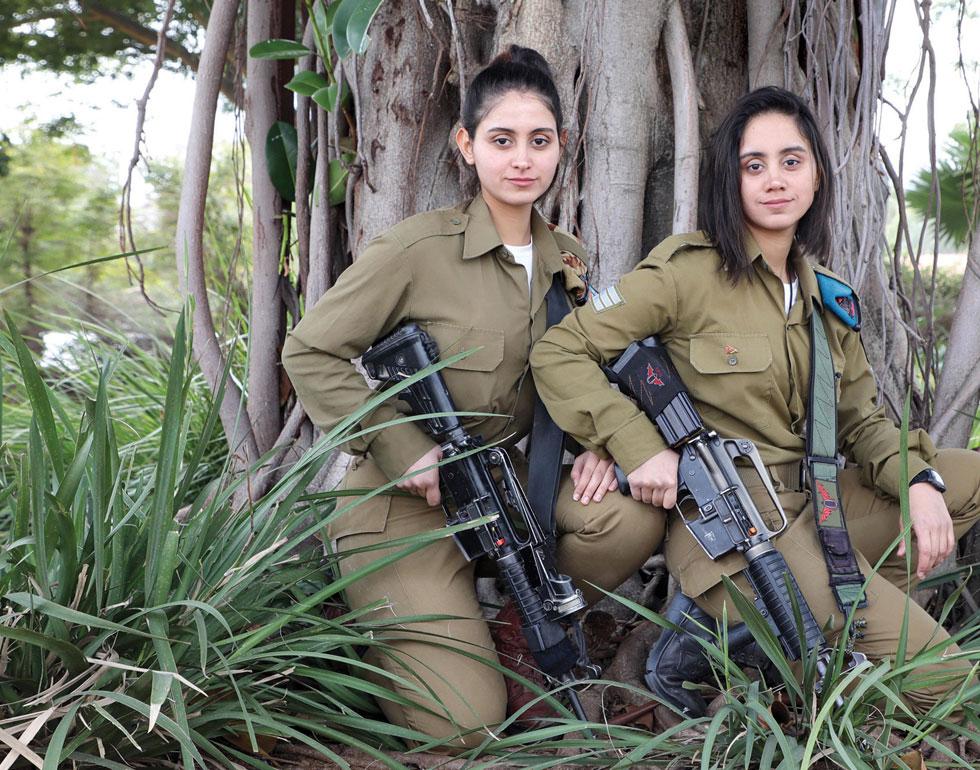 """ליה ויסמין ירושלמי . """"מעולם לא למדנו על מלחמות ישראל. עכשיו, כשאנחנו לובשות מדי צה""""ל, אנחנו מרחמות על החרדים שאצלם יום הזיכרון הוא יום רגיל"""" (צילום: דנה קופל)"""
