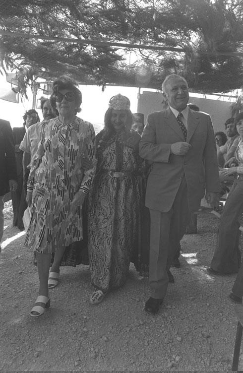 """1975: נשיא המדינה פרופ' אפרים קציר ואשתו נינה בחגיגות המימונה בירושלים (צילום: יעקב סער, לע""""מ)"""