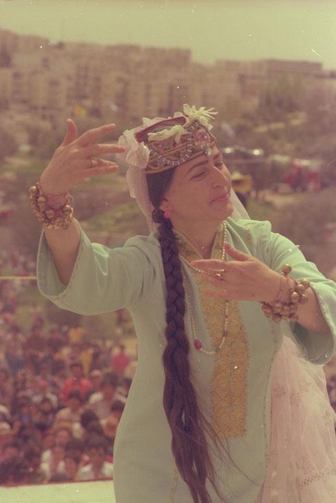 """1975: רקדנית בתלבושת עממית בוכרית בגן סאקר בירושלים (צילום: יעקב סער, לע""""מ)"""