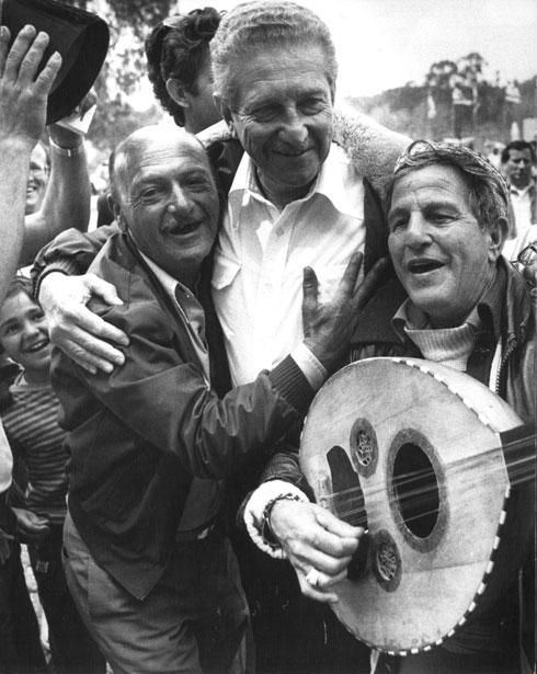 """1984: ח""""כ עזר ויצמן חוגג בתל אביב (צילום: שלום בר טל)"""
