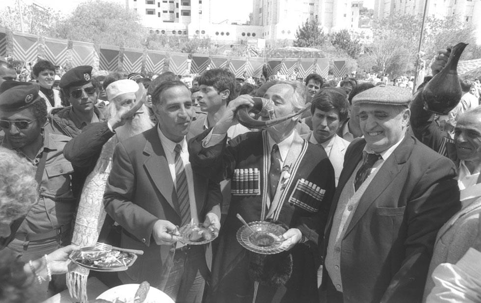 """1984: ראש הממשלה שמעון פרס, לבוש תלבושת מסורתית, בגן סאקר בירושלים (צילום: חנניה הרמן, לע""""מ)"""