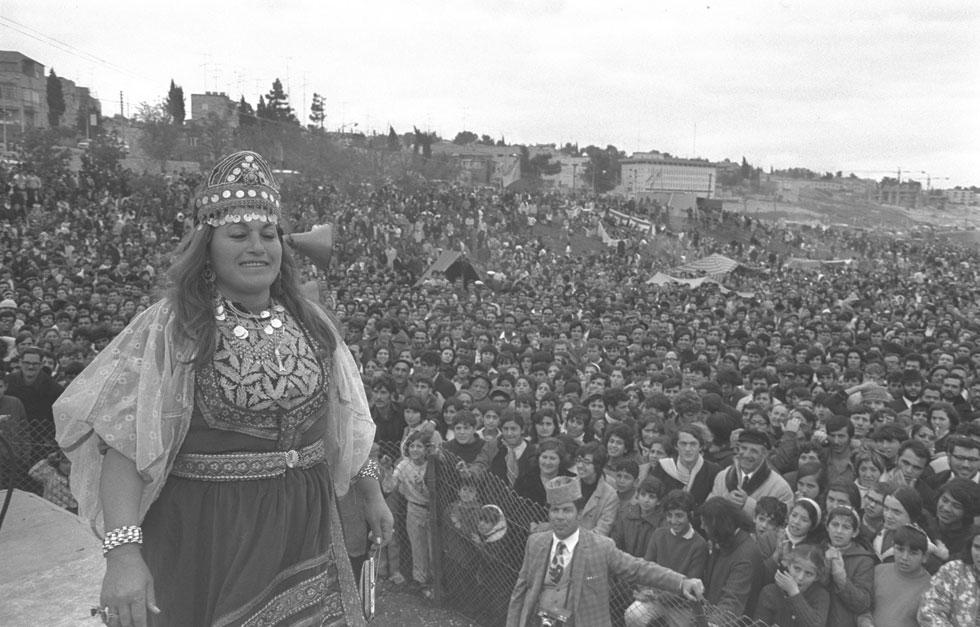 """1971: תחרות תלבושות מסורתיות בחגיגות המימונה בירושלים (צילום: חנניה הרמן, לע""""מ)"""