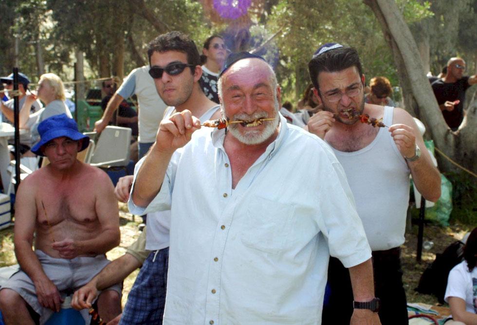 2003: חוגגים עם שיפודים בגן השלושה (צילום: יריב כץ)