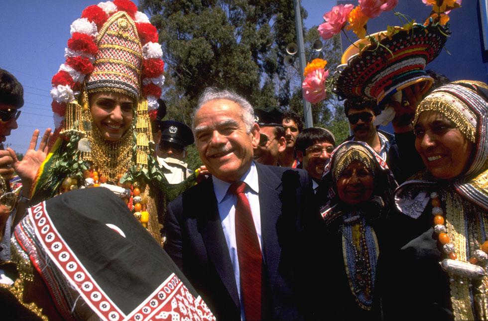 """1988: ראש הממשלה יצחק שמיר בפארק הירקון בתל אביב (צילום: יעקב סער, לע""""מ)"""