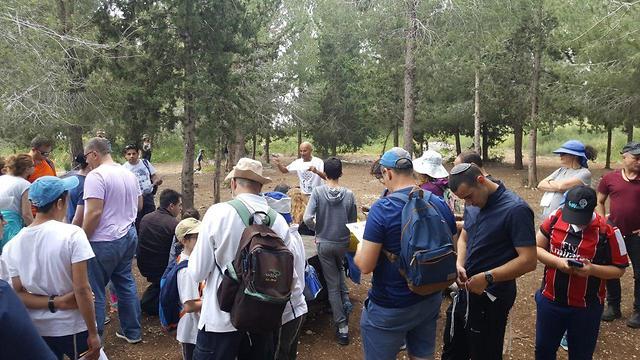 מטיילים ביער שוהם (צילום: עובדי ויערני קק״ל)