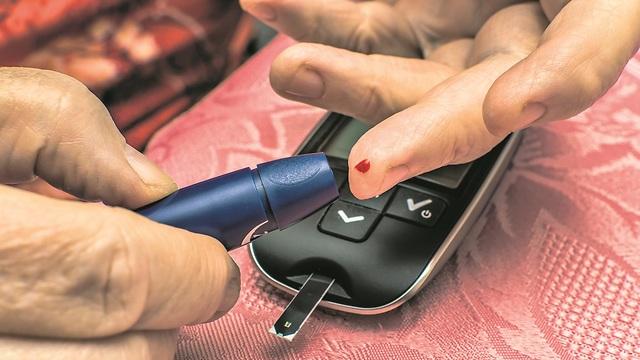 בדיקת סוכר עם מכשיר מיוחד (צילום: Shutterstock)