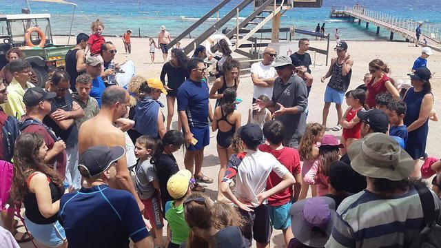 מטיילים בחוף האלמוגים באילת (צילום: יורם חמו, רשות הטבע והגנים)