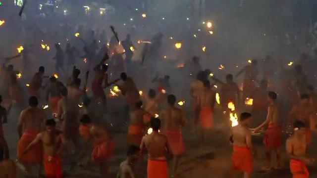 הודו פסטיבל אש מציתים אחד את השני (צילום: רויטרס)