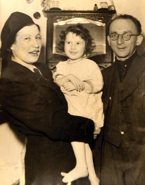 """מלכיתה עם הוריה ברטה ורודולף לוי. """"אמא החליטה: אני רוצה את הילדה שלי איתי. נחיה יחד או שנמות יחד"""" (צילום רפרודוקציה: קובי קואנקס)"""