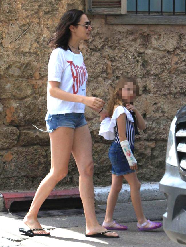 אמא בטח כבר חתמה לך על הגבס. גדות והבת הבכורה אלמה (צילום: מוטי לבטון)