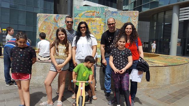 משפחת כהן מקיבוץ בחן ומשפחת ערבית מהוד השרון ()
