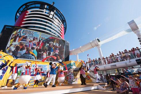 חוגגים על הסיפון עם מיקי וחברים (צילום: Matt Stroshane, Disney)