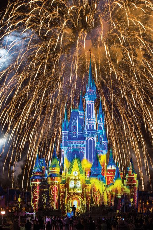 מופע זיקוקים במג'יק קינדום (צילום: Matt Stroshane, Disney)