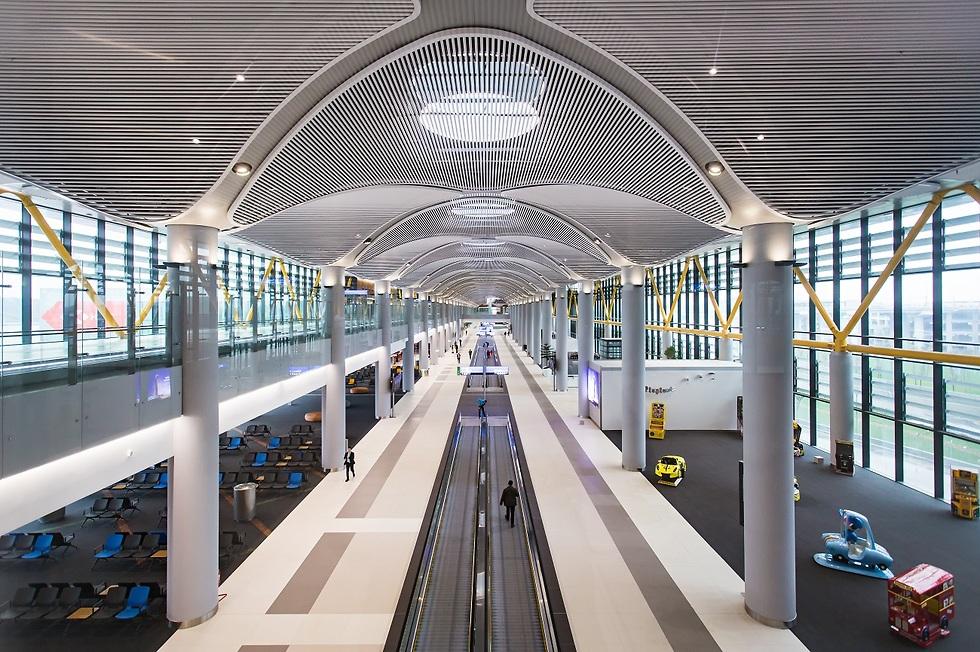 מדרגות נעות בטרמינל שדה התעופה בטורקיה (צילום: Shutterstock)