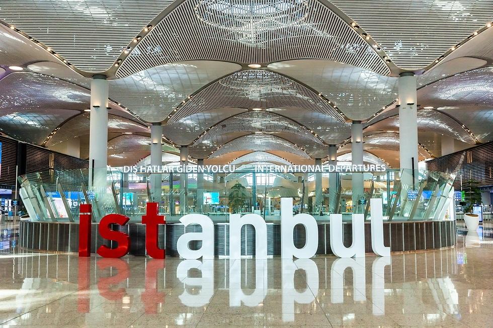 שלט בכניסה לשדה התעופה של טורקיה (צילום: Shutterstock)