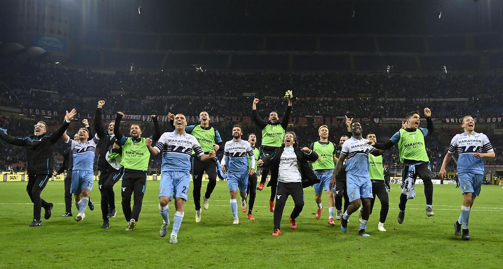 לאציו חוגגת אחרי הניצחון על מילאן בחצי הגמר (צילום: getty images)