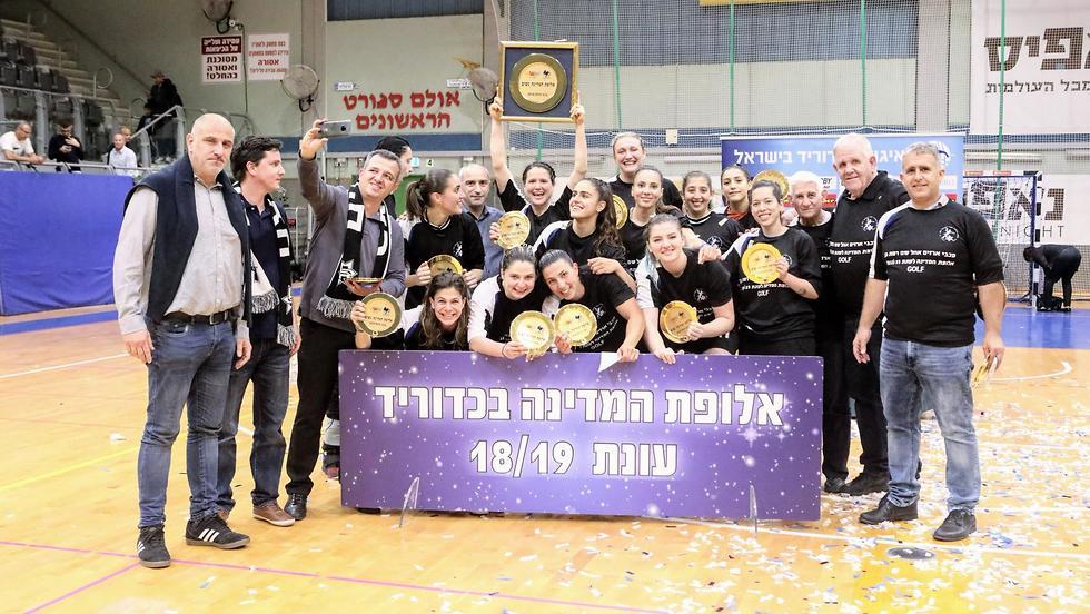 שחקניות מכבי ארזים רמת גן חוגגות אליפות (צילום: הדר ואן קולא, איגוד הכדוריד)