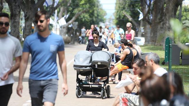 מטיילים בשדרות בן ציון בתל אביב (צילום: מוטי קמחי)