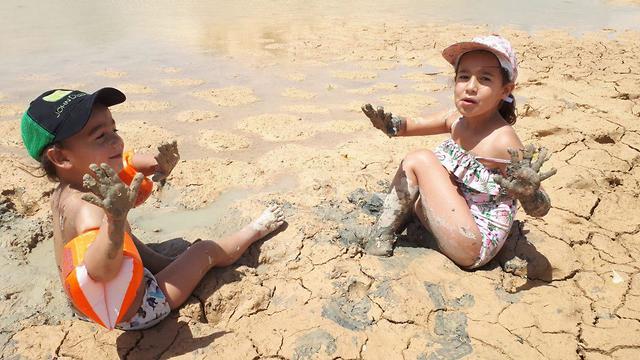 מזג אוויר מטיילים ילדים משחקים בבוץ במאגר נקרות בערבה התיכונה (צילום: לימור נריסנה)