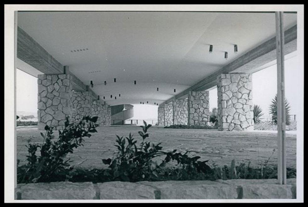 """אגף החדרים הראשי עוצב כגוף המרחף על קומת עמודים מפולשת, עם בריכות נוי וצמחייה מקומית, לחיזוק הקשר בין הבניין לבין הנוף (צילום: באדיבות ארכיון """"מרכז רכטר לאדריכלות"""")"""