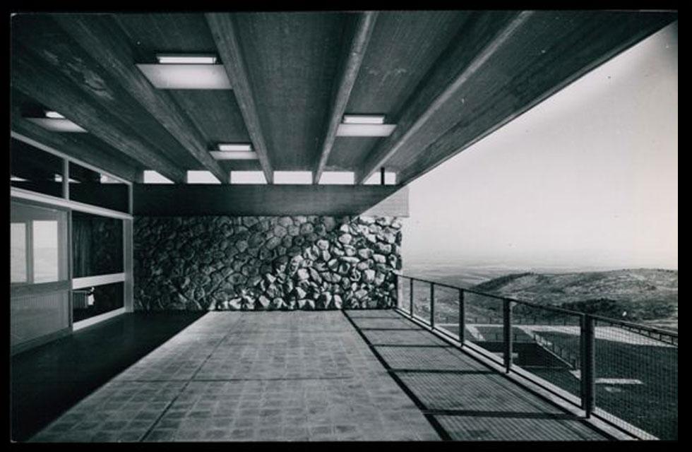 """הבטון והאבן, חומרי הגמר העיקריים בפרויקט, ייצגו את האדריכלות הברוטליסטית שדגלה באמת החומרית של הבניין (צילום: באדיבות ארכיון """"מרכז רכטר לאדריכלות"""")"""