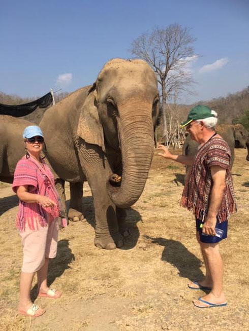 """בני הזוג איילון בחוות פילים בתאילנד. """"זה הטיול אחרי צבא שלנו""""  (צילום: אלבום פרטי)"""