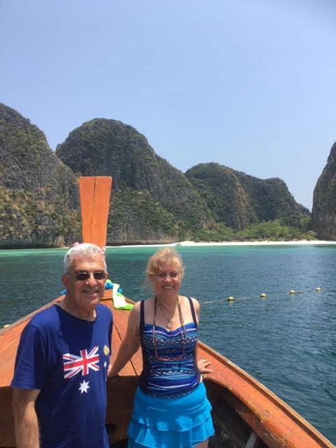 """שטים בין איי תאילנד. """"גם בחורף הבא נמצא מקום חם להיות בו"""" (צילום: אלבום פרטי)"""