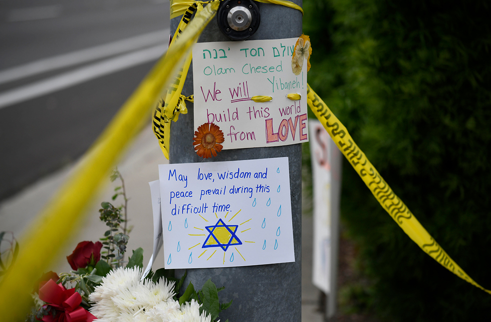 Messages of support outside the synagogue (Photo: AP)