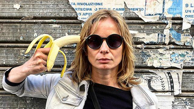 פולין מחאה בננות בננה צנזורה מוזיאון גלריה אומנות (צילום: AP)