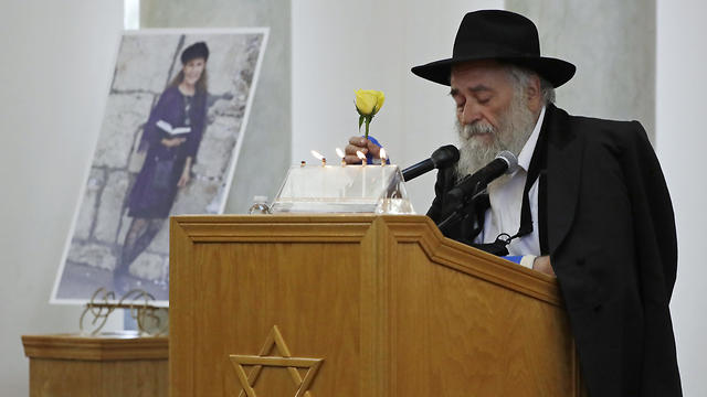 הרב ישראל גולדשטיין, שנפצע בירי בבית הכנסת בקליפורניה, בהלווייתה של הנרצחת לורי גילברט קיי (צילום: AP)
