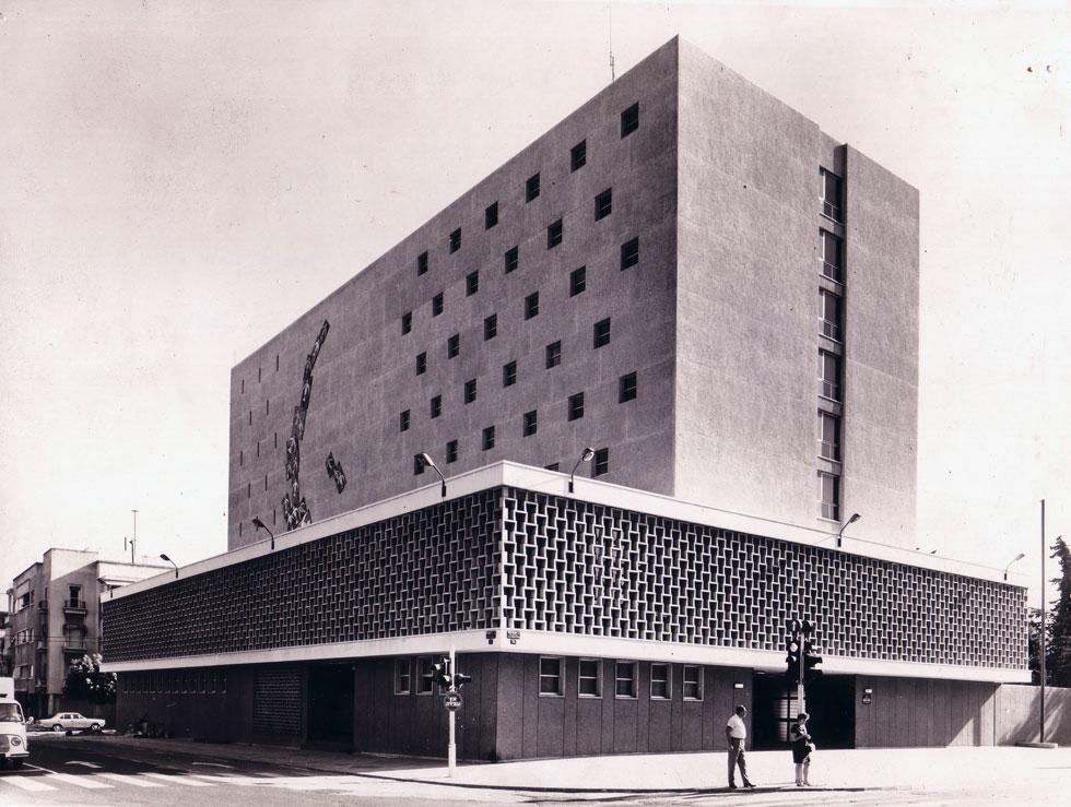 בניין מרכזיית ''בזק'' בתכנון גד אשר ומרדכי שושני, 1968. גם מבחוץ וגם מבפנים, לא היה זה בניין סתמי (צילום: אוסף גד אשר, ארכיון אדריכלות ישראל)