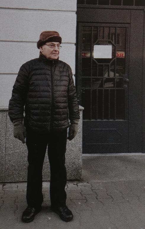 """ארז ליד בית ילדותו בוורשה. """"בן גוריון שאל: 'אתה הילד הזה?'"""" (צילום רפרודוקציה: צביקה טישלר)"""